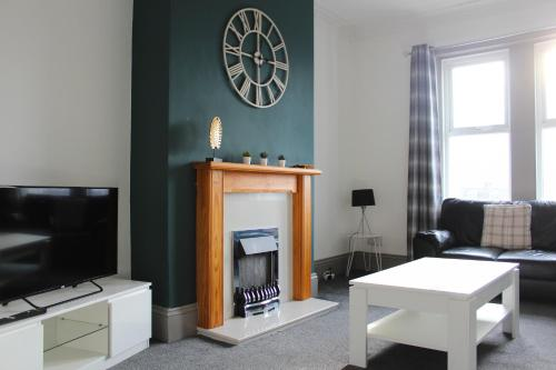 CONTEMPORARY 4 BED HOME IN LEAFY LOCATION