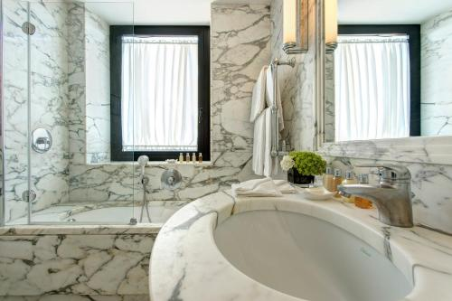 A bathroom at Hotel Lord Byron - Small Luxury Hotels of the World