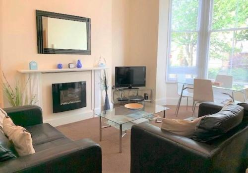 Apartment Tudor - moments from town centre - bright apartment with Sky TV and DVD