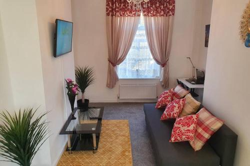 Beautiful premium luxury 3 Bed House with king bed , wifi & parking