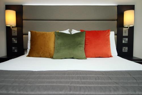 Silurian Hotel Double Bedroom by StayBC