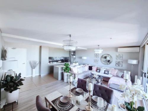 A restaurant or other place to eat at Luxury apartment with views - Private room in shared condo