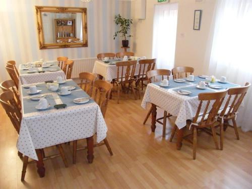 A restaurant or other place to eat at Kennys Guest House