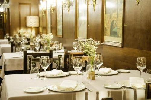 A restaurant or other place to eat at Hotel Conde Rodrigo 2