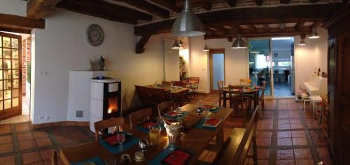 Restaurant ou autre lieu de restauration dans l'établissement Les Tilleuls