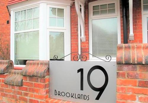 Apartment Brooke - just moments from Crescent Gardens - Sleeps 3 plus 1 trundle bed