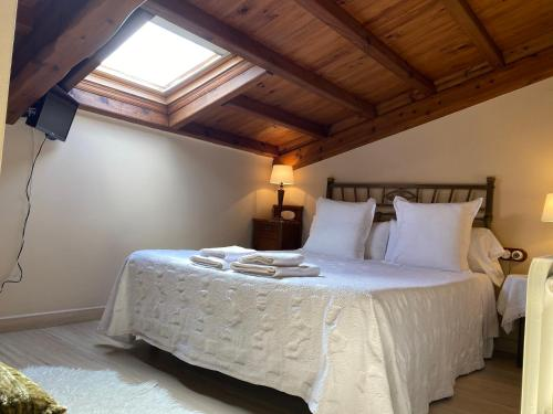 A bed or beds in a room at Hotel rural Rinconada de las Arribes