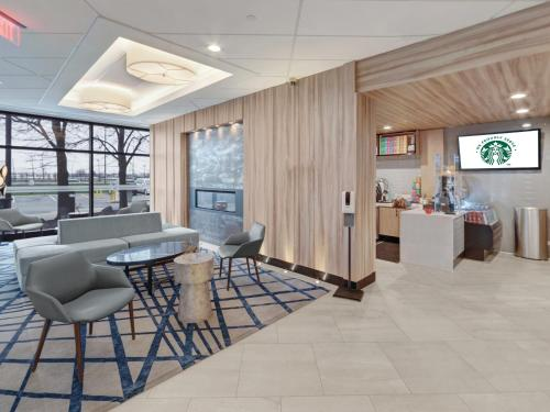 A seating area at Sheraton Suites Chicago O'Hare