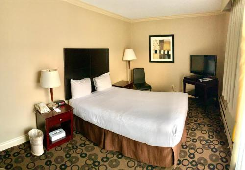 A bed or beds in a room at Park Inn & Suites by Radisson