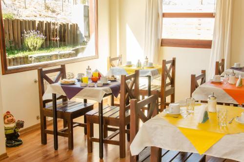 Un restaurant u otro lugar para comer en Hostería Los Gnomos