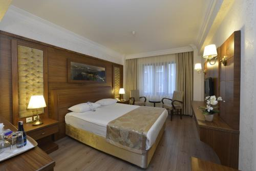 A bed or beds in a room at Hotel Yigitalp Istanbul