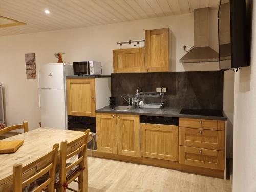 A kitchen or kitchenette at L'Eterlou