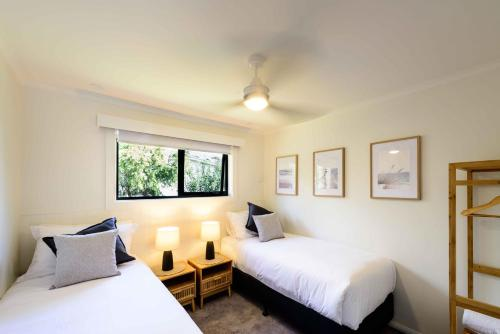 A bed or beds in a room at Georges Bay Apartments