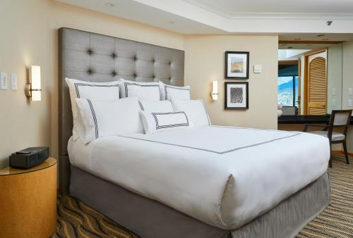 A bed or beds in a room at Pan Pacific Vancouver Hotel