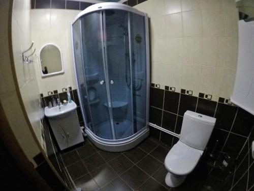 """A bathroom at """"AMTO"""" Guest House"""