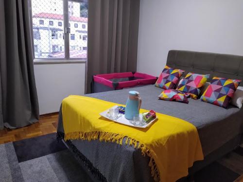 A bed or beds in a room at Ensolarado ao lado do shopping com garagem e Wifi