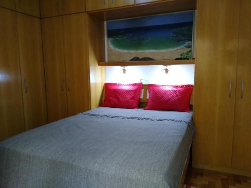 A bed or beds in a room at Aconchegante ao lado do shopping com garagem e Wifi