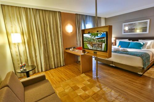 A television and/or entertainment centre at Quality Hotel & Suites Brasília