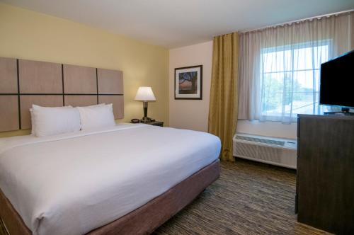 A bed or beds in a room at Candlewood Suites - Baton Rouge - College Drive, an IHG hotel