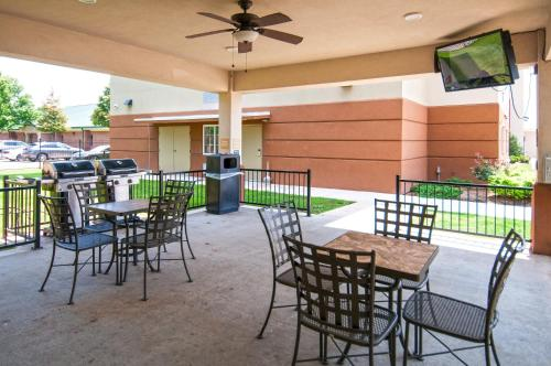 A restaurant or other place to eat at Candlewood Suites - Baton Rouge - College Drive, an IHG hotel