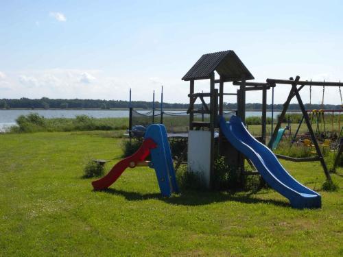 Ein Kinderspielbereich in der Unterkunft Apartment Dierhagen - Ostseebad 4