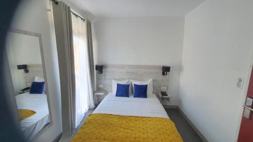 Un ou plusieurs lits dans un hébergement de l'établissement Hôtel L'Alsace-Gare sncf
