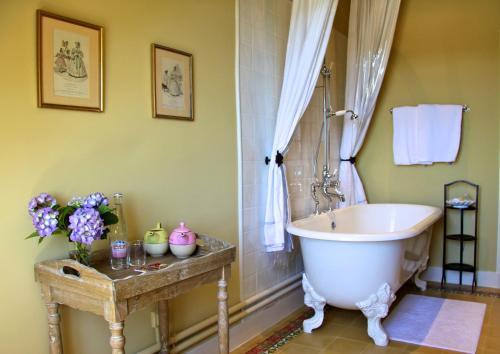 A bathroom at Chateau de Villette