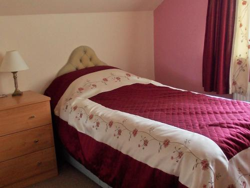 A bed or beds in a room at Rose Cottage Bed & Breakfast