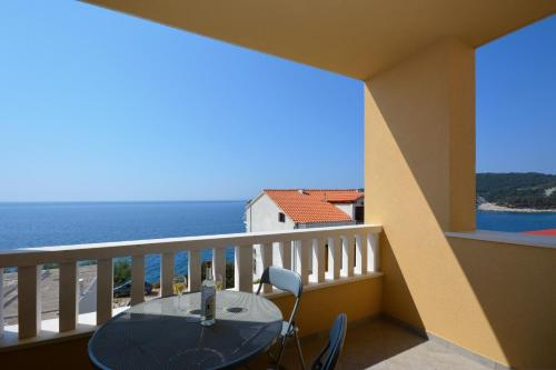 A balcony or terrace at Apartments Punta Milna