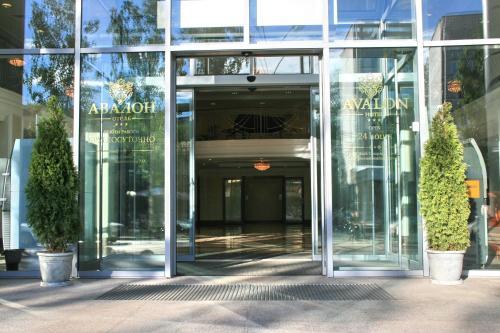 Фасад или вход в Отель Авалон