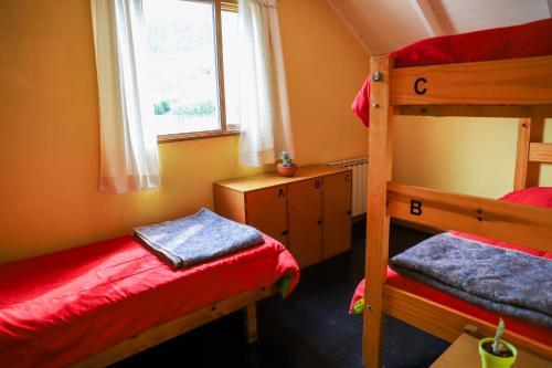 Una cama o camas cuchetas en una habitación  de Hostel Wenüy