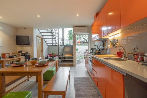 A cozinha ou cozinha compacta de Peach Hostel & Suites