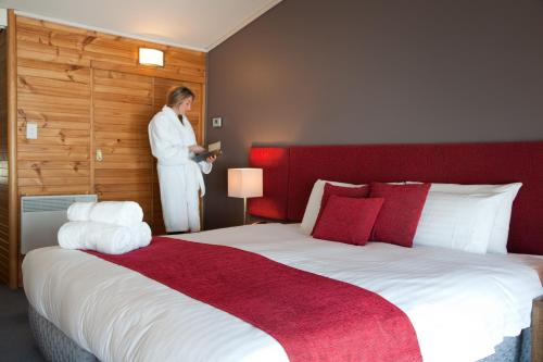 A bed or beds in a room at The Perisher Valley Hotel