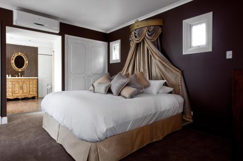 A bed or beds in a room at The Castle on Tamborine