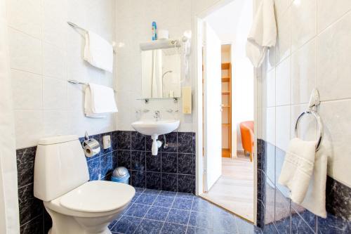 A bathroom at Narva Hotell