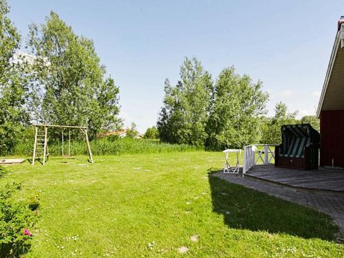 Ein Garten an der Unterkunft Three-Bedroom Holiday home in Otterndorf 24
