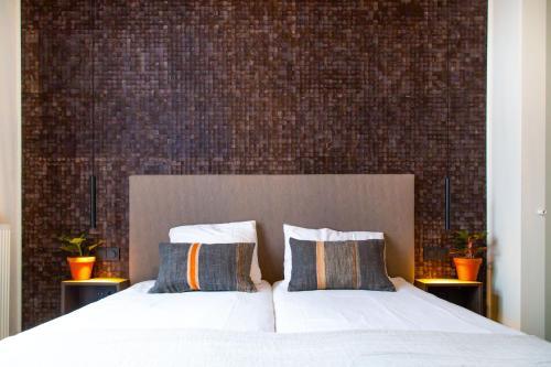 A bed or beds in a room at Hotel Pannenkoekhuis Vierwegen