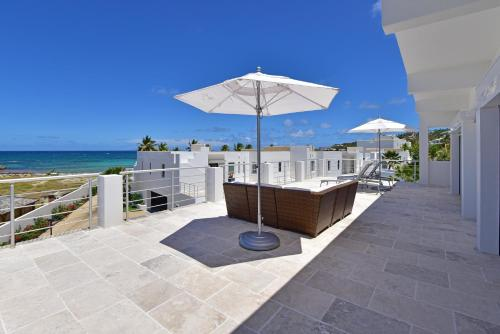 A balcony or terrace at Coral Beach Club Villas & Marina