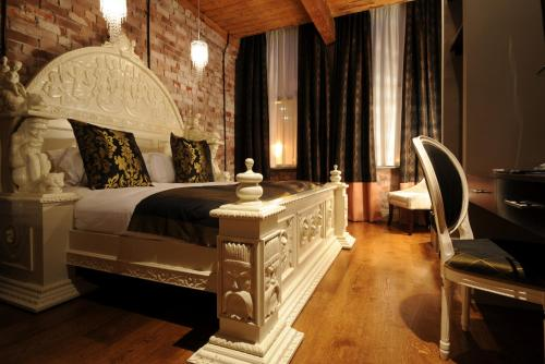 A bed or beds in a room at Velvet Hotel