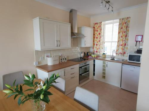 A kitchen or kitchenette at Kings Arms Holiday Apartments
