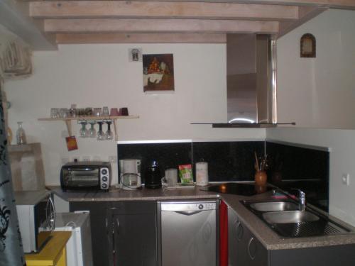 Cuisine ou kitchenette dans l'établissement Maison du Chapitel
