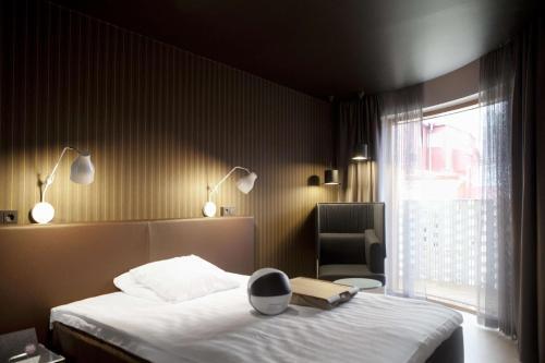 Кровать или кровати в номере Scandic Paasi