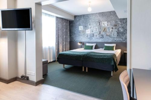 Кровать или кровати в номере Scandic Kallio