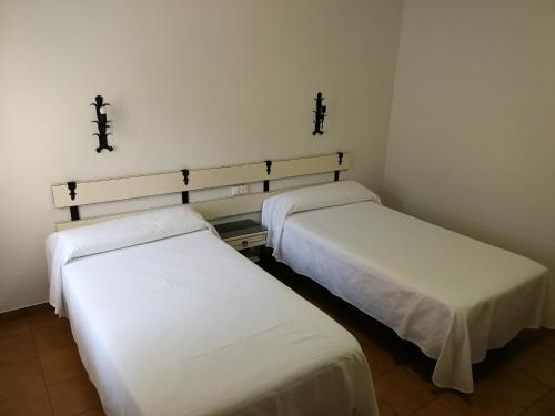 A bed or beds in a room at Hotel La Venta de Goyo