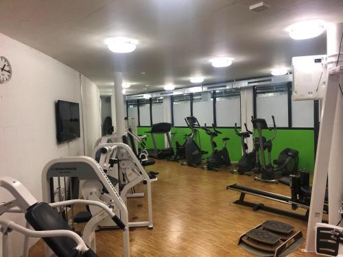 Das Fitnesscenter und/oder die Fitnesseinrichtungen in der Unterkunft Hotel Tissot Velodrome