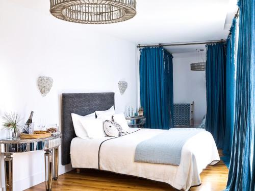 A bed or beds in a room at La Palmeraie