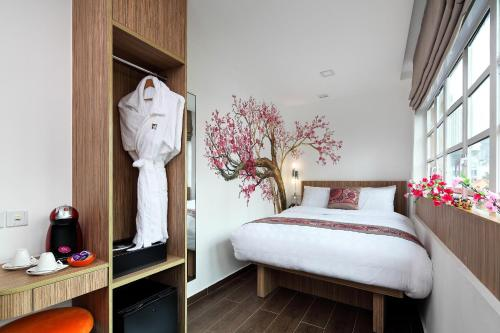 A bed or beds in a room at Hotel Clover The Arts (SG Clean)