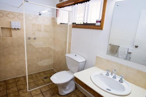 A bathroom at Elm Court Motel