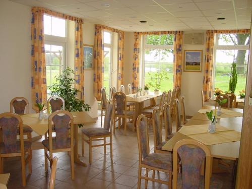 A restaurant or other place to eat at Landhotel Am Peetscher See