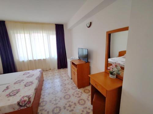 Un pat sau paturi într-o cameră la Hotel Berlin